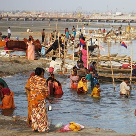 bathing-in-ganges-india